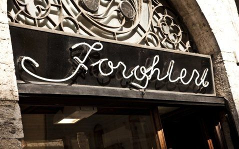 Insegna del negozio FORGHIERI