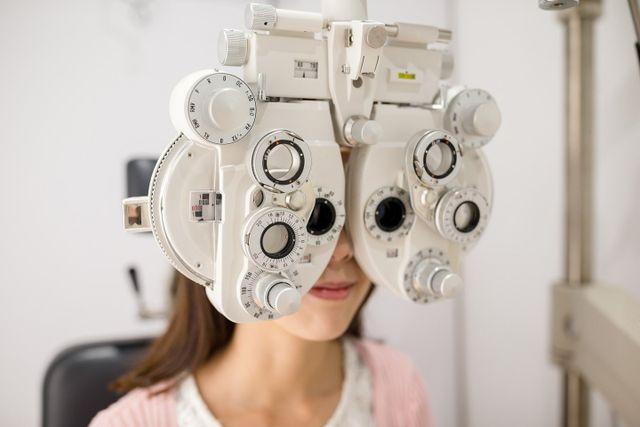 paziente durante una visita oculistica