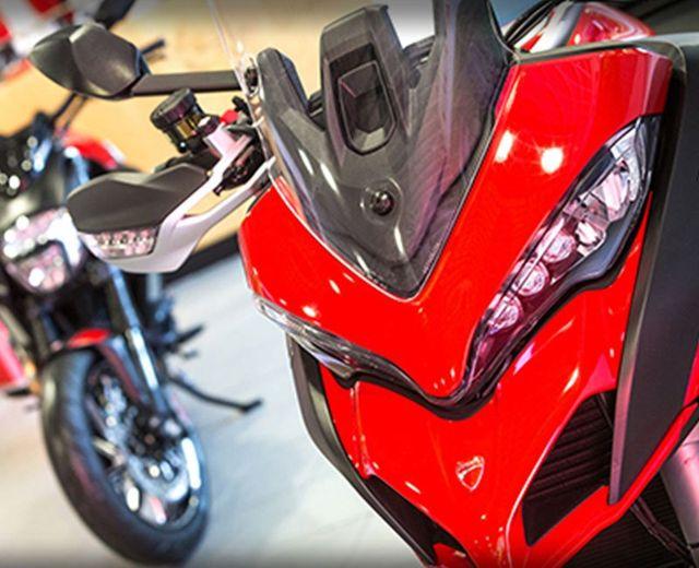 vista della parte anteriore di una moto Ducati rossa vista da molto vicino