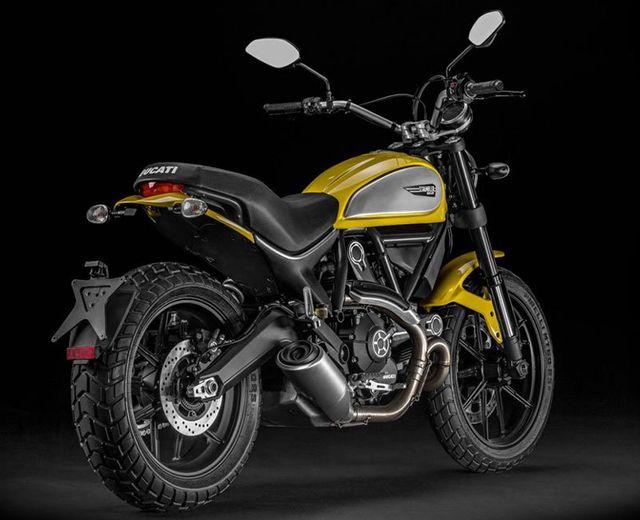 una Ducati Scrambler gialla e grigia vista dal dietro