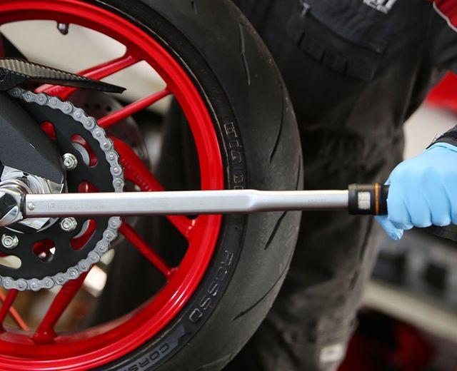 una gomma con il cerchione rosso di una moto Ducati