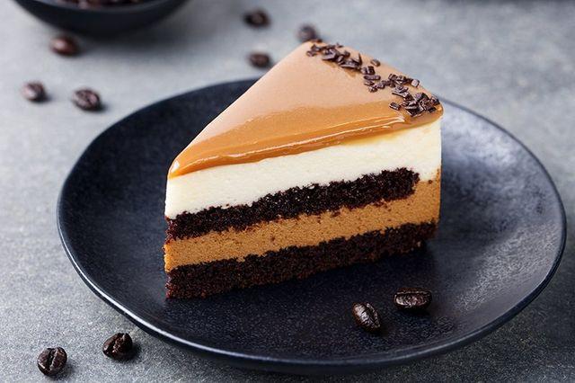 Caramello torta, mousse dessert su una piastra