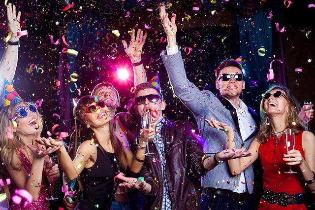 Giovani allegri pioggia di coriandoli su una festa del club