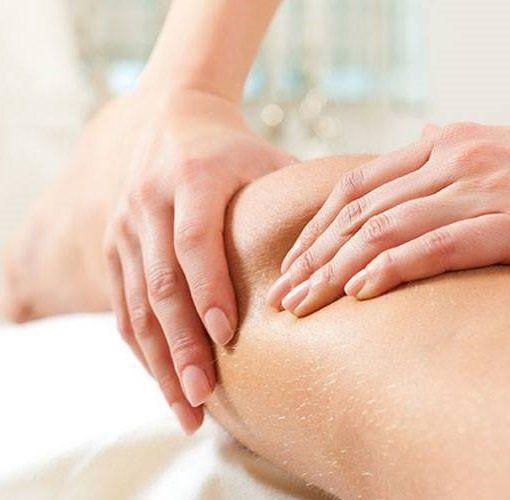 Primo piano di mani che effettuano un massaggio