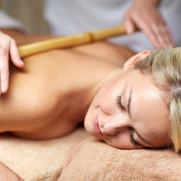 Massaggio alla schiena con canna di bambù