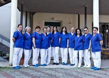 gruppo di infermiere in divisa blu e bianca