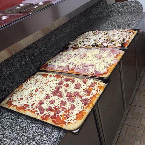 Tre pizze per il taglio di foraggio, prosciutto cotto ,funghi e olive nere