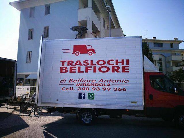 camion bianco con pubblicità Traslochi Belfiore