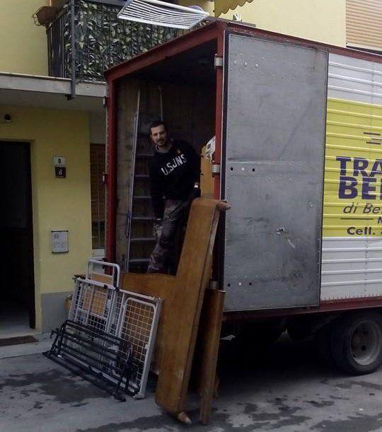 camion con un impiegato di ditta traslochi