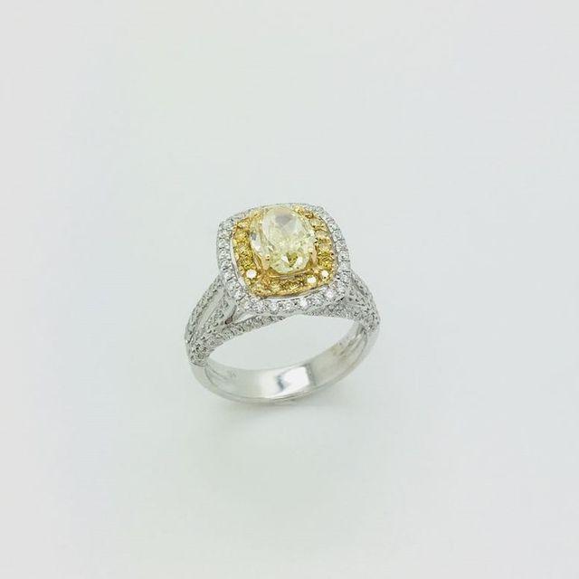 Anello in oro bianco con diamanti e fancy yellow naturale