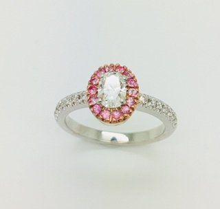 Anello in oro bianco 18 kt con diamante centrale ovale e zaffiri rosa