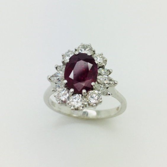 Anello in oro bianco 18 kt con diamanti  e rubino centrale