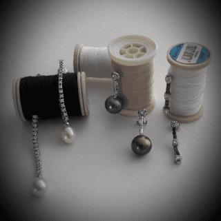 Orecchini in oro bianco con perle bianche e nere