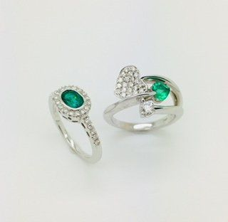 Anelli in oro bianco 18 kt con smeraldi e diamanti