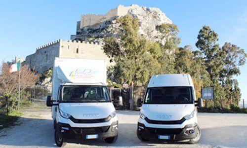 due furgoni bianchi