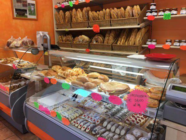 cannoli, paste e pane in esposizione