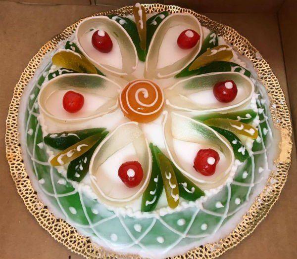 una torta a forma di fiore con canditi
