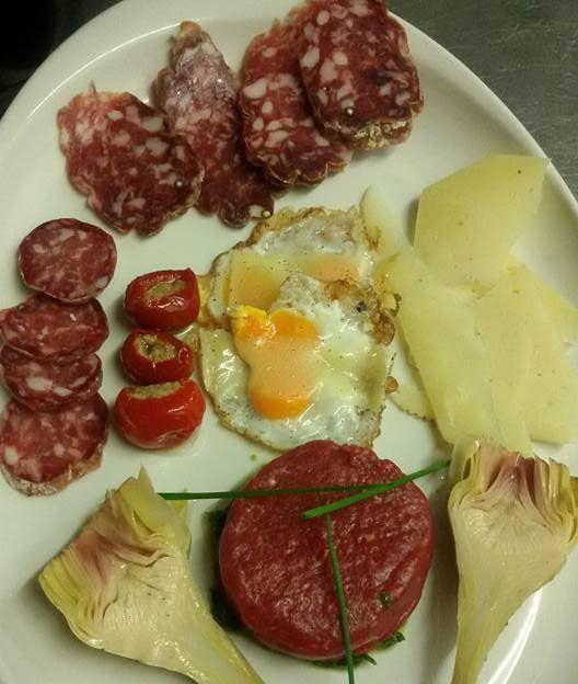 Antipasto con formaggi, salumi, verdure e uova fritte