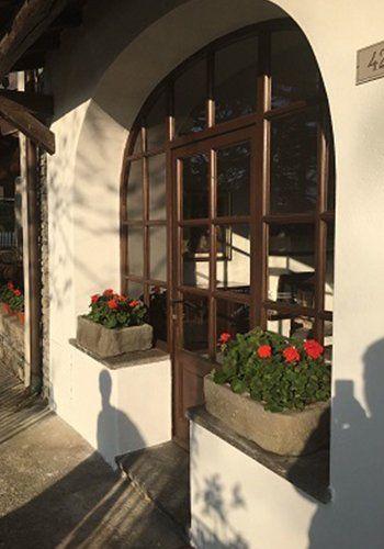 due vasi di fiori e una vetrata