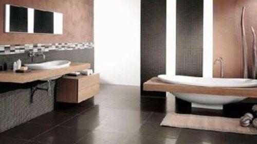 bagno con rivestimenti in marmo