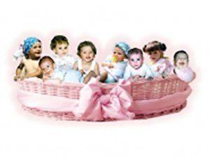 cesta rosa con otto neonati all'interno