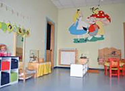 interno dell'asilo nido con sedie e giochi