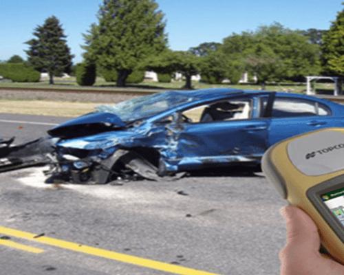 una macchina di color blu distrutta in un incidente stradale