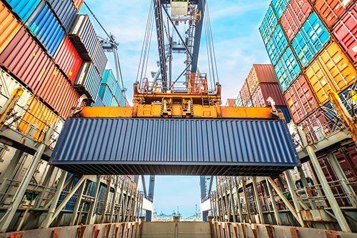 container spedizione sollevato da gru