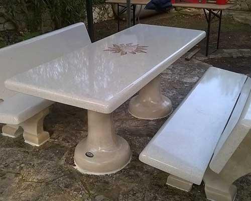 un tavolo e delle panche in marmo