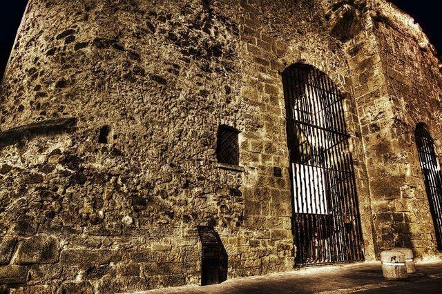 vista di un' antica costruzione in roccia con un cancello