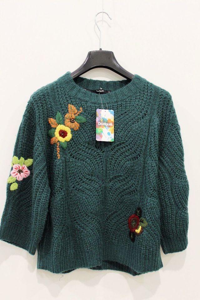 maglia chiara con decorazioni floreali