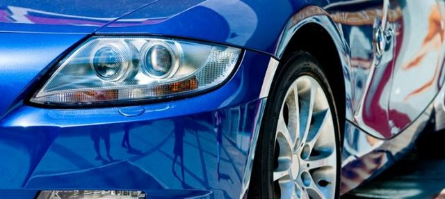 fanalino frontale di auto blu metallizzato appena licidata