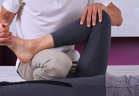 fisioterapista effettua una manipolazione