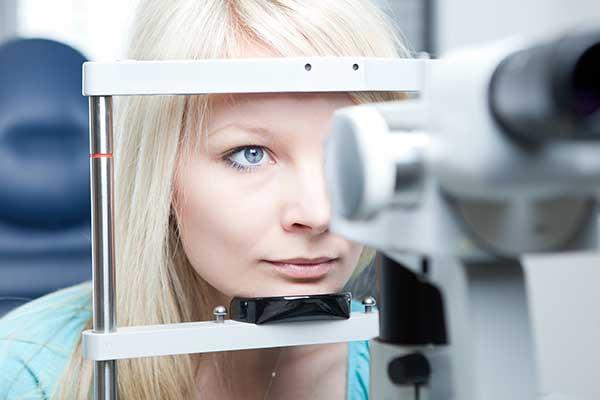 visuale ravvicinata di una bocca aperta durante una visita ondotoiatrica con specchietto e rampino