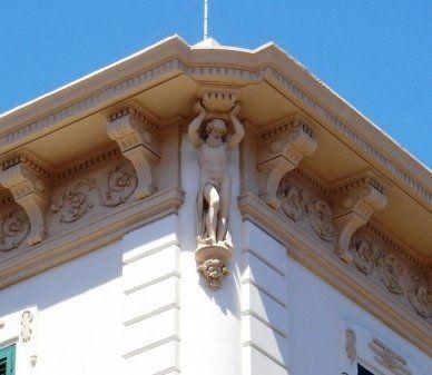 una finitura con una statua di un uomo che regge un tetto