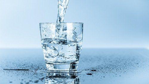 Bicchiere riempiendosi di acqua