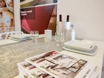 tavolo con giornali bicchieri e bottiglie di vino