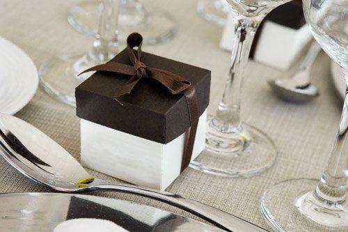 una scatola bianca con coperchio marrone su un tavolo