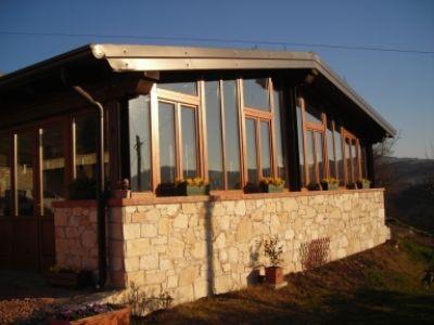 Costruzione di pareti di vetro e finestre di legno