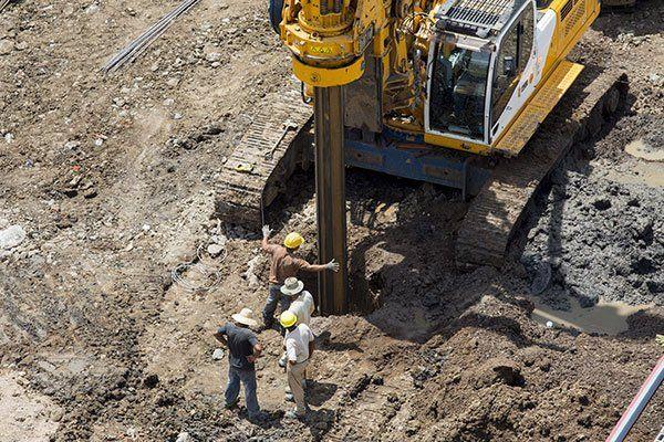 attrezzature di perforazione per l'ingegneria geotecnica con i lavoratori