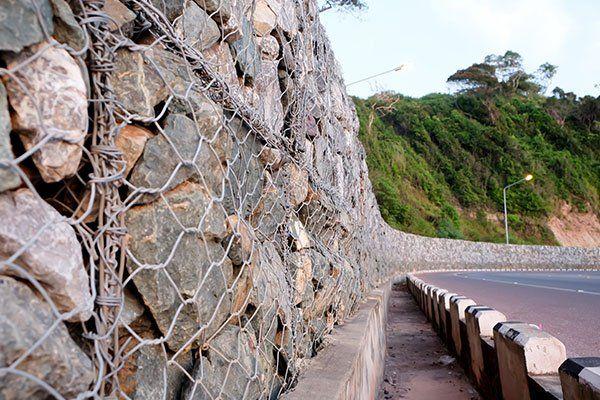muro di sassi con protezioni in ferro