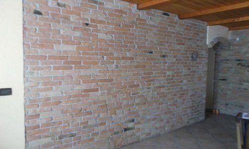 una parete di mattoni a vista