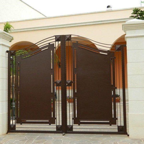 un cancello in ferro marrone chiude l'ingresso di una villa