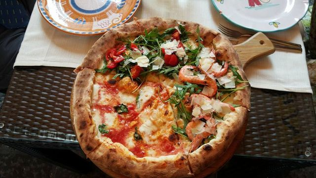 pizza con gamberetti e formaggio