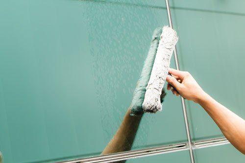 una mano con un panno che pulisce una superficie