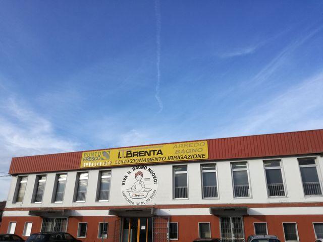un cartello giallo con scritto  Il Brenta 2001 con i servizi offerti e informazioni di contatto