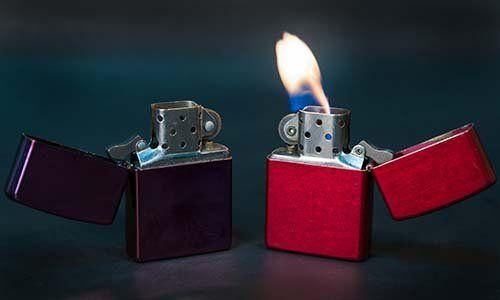 due accendini di cui uno con vista della fiamma