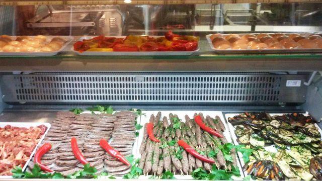 verdure di stagione e carni fresche dietro al bancone