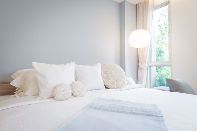 dei cuscini su un letto matrimoniale