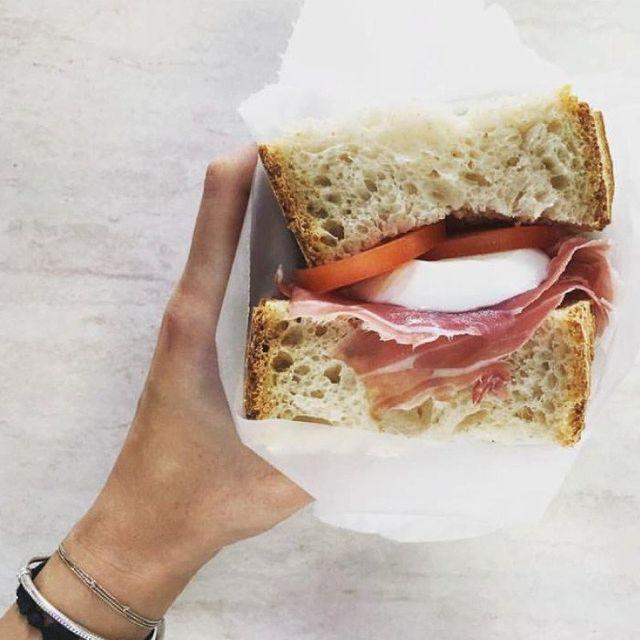 cibo semplice,  eppure altamente nutriente e gustoso: pane con prosciutto,pomodoro e mozzarella fresca